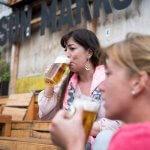 Twee vrouwen met bierpullen in Biergarten