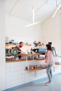 Toog van de koffiebar Man met Bril in Rotterdam