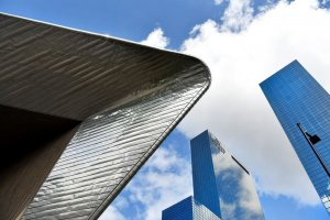 Onderaanzicht van het dak van Rotterdam Centraal en wolkenkrabbers