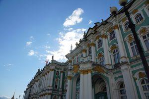 De lichtblauwe gevel met witte zuilen en gouden versiering van het Hermitage in Sint-Petersburg