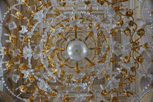 Kroonluchter van goud en kristal