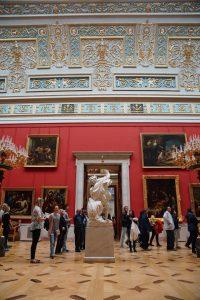 Museumzaal in het Hermitage met standbeelden en schilderijen