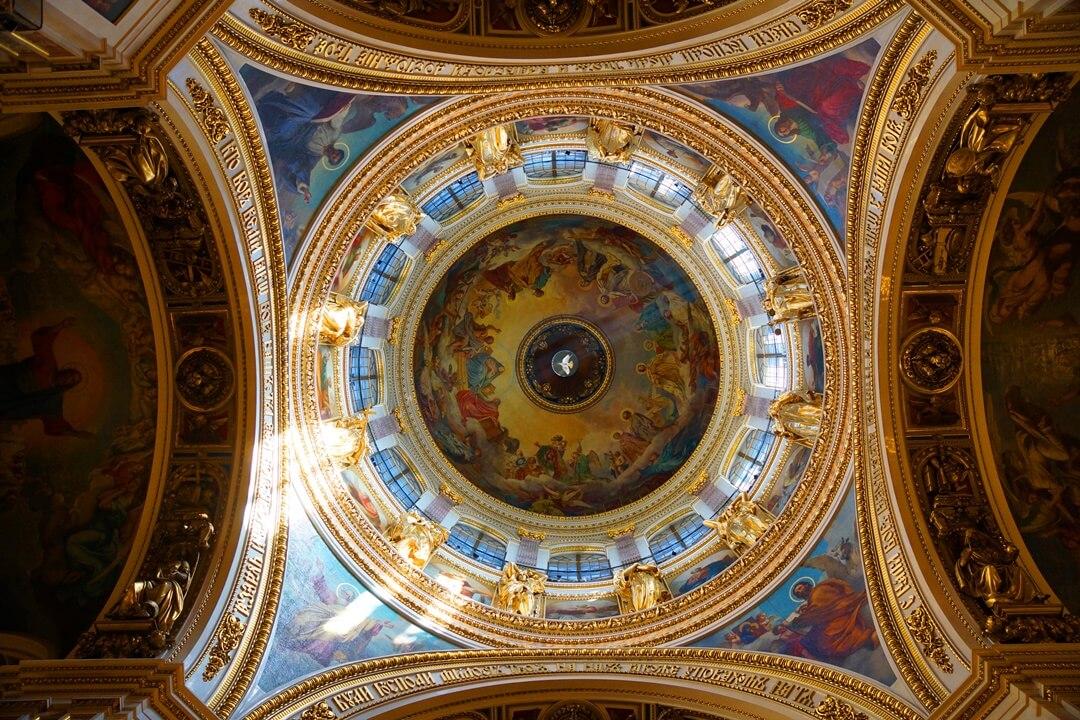 Binnenkant van een koepel, versierd met goud en blauw