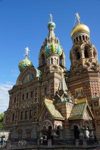 Een kerk met typisch Russische uienkoepels in goud of felle kleuren
