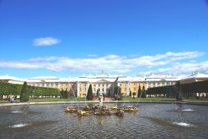 Uitzicht op het Peterhof achter een fontein in Sint-Petersburg