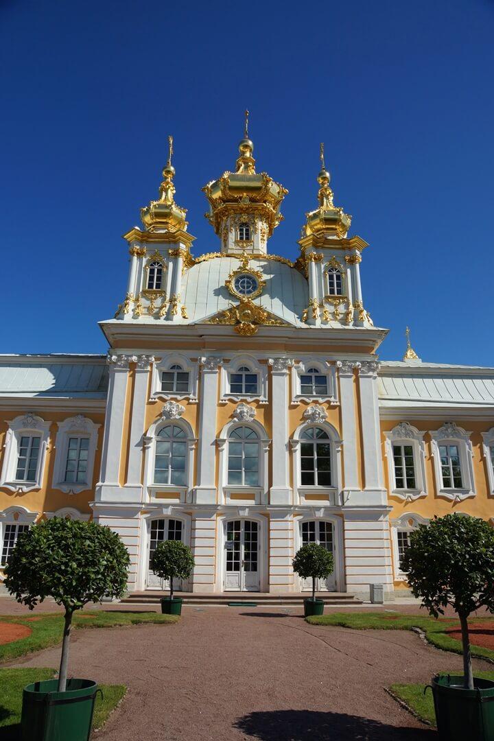 Wit met gele façade van het Peterhof in Sint-Petersburg