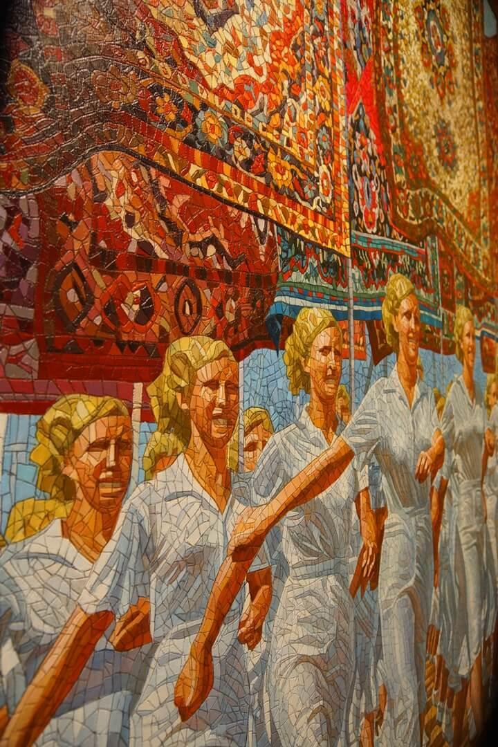 Mozaïek van marcherende blonde vrouwen in witte kledij
