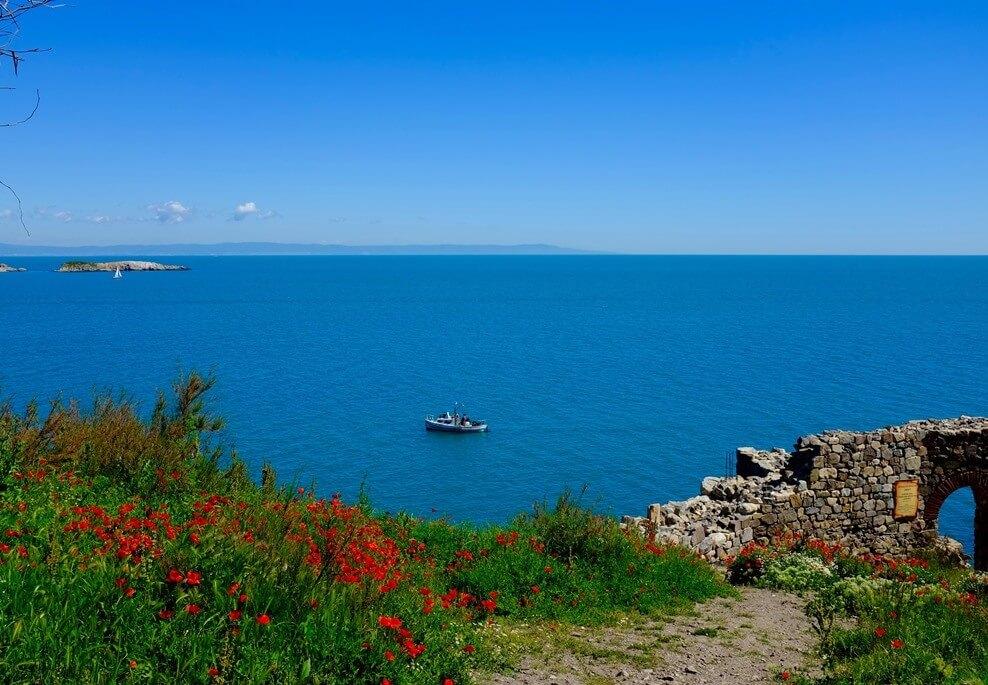 Uitzicht op de Bulgaarse rivièra met rode bloemen in de voorgrond
