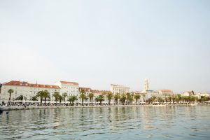Zicht op de kade aan de Dalmatische kust in Split