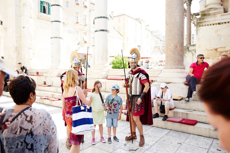 Verklede Romeinen in het paleis van Diocletianus