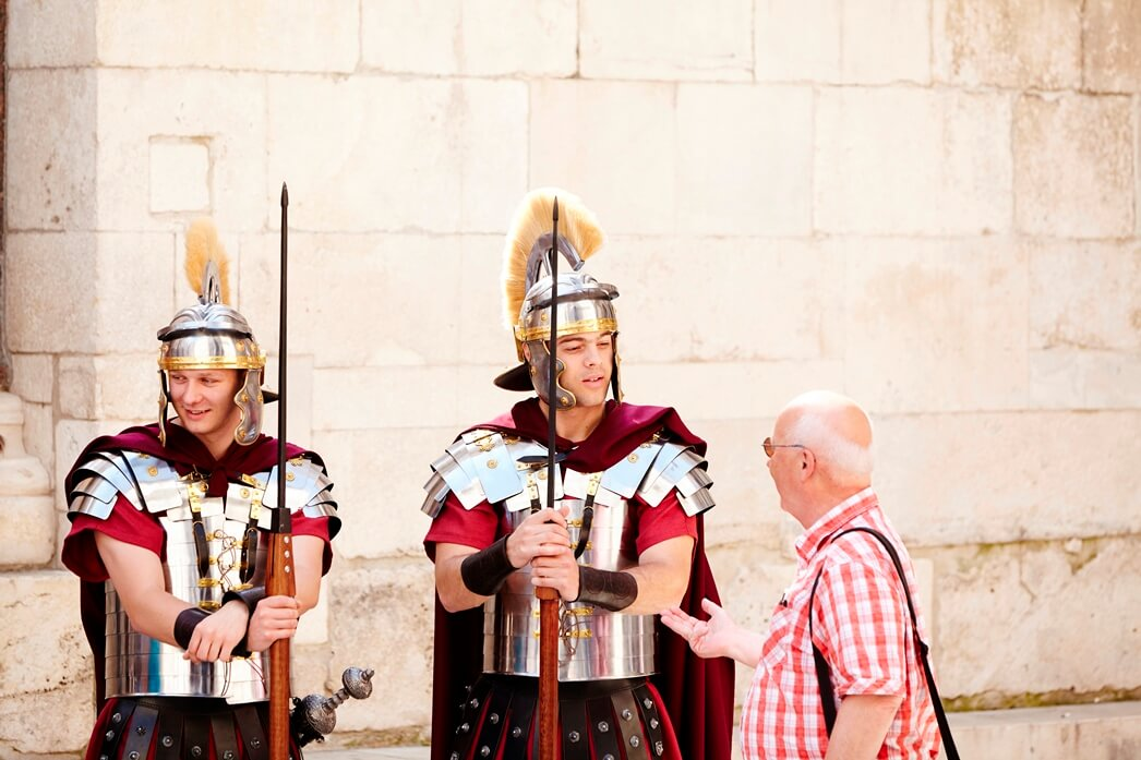 Twee verklede Romeinen met een toerist in Split