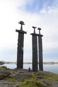 Monument van drie stenen zwaarden in de rots in Stavanger, Noorwegen