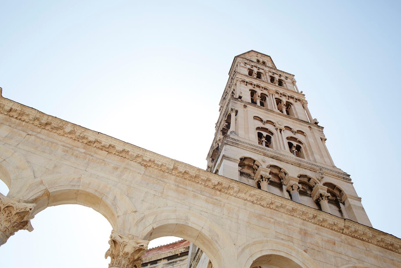 Onderaanzicht van de toren van de Sint Laurenskathedraal in Trogir