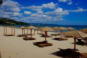 Strand aan de Bulgaarse rivièra met ligstoelen en parasols