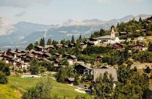 Uitzicht op bergen met dorpje