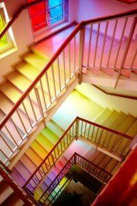 Trappenhal met gekleurd licht in Magdas Hotel, Wenen