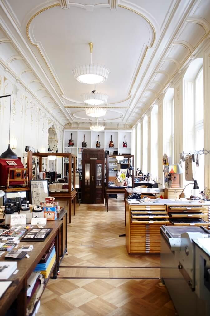 Museumplein in Wenen met ligbanken en vijver