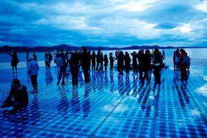 Kunstwerk Groet aan de zon met lichtjes in Zadar