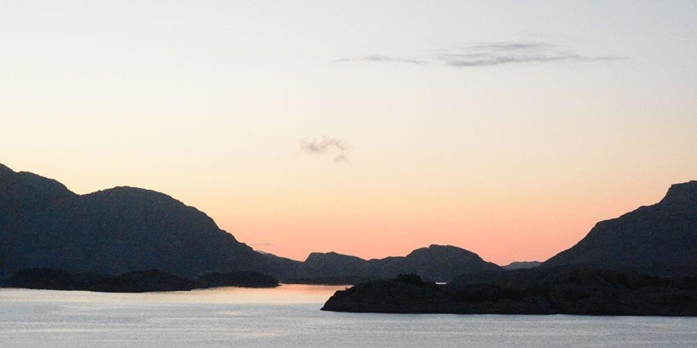 Zonsondergang in de fjorden van Noorwegen