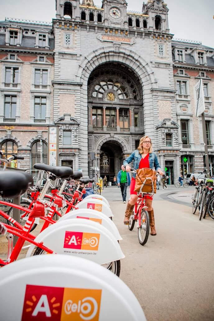 Met de trein en fiets als alternatief vervoermiddel van het Waasland naar Antwerpen.