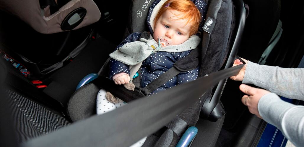 kind in kinderstoel auto