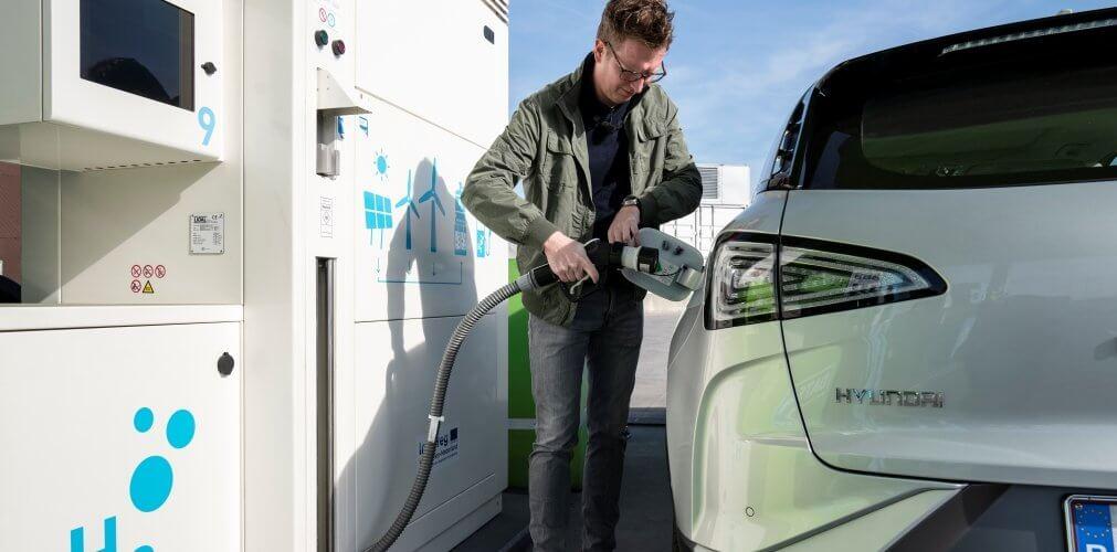 rijden en tanken met auto op waterstof