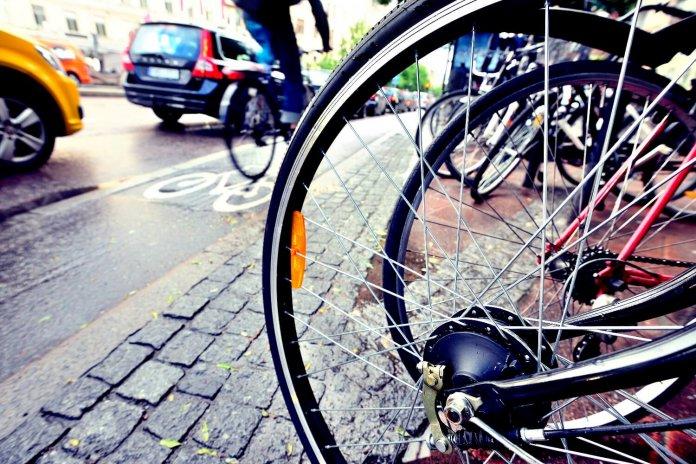 Tips om veilig tussen het verkeer te fietsen. © iStock